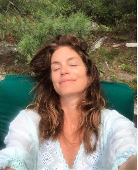 51-летняя Синди Кроуфорд показала, как здорово она выглядит без макияжа. Фото