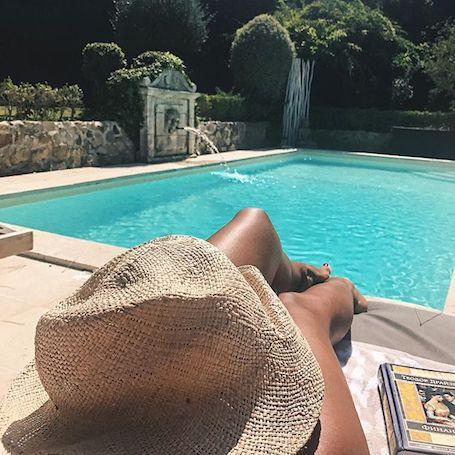 Санта Димопулос топлес нежилась в бассейне под солнечными лучами. Фото