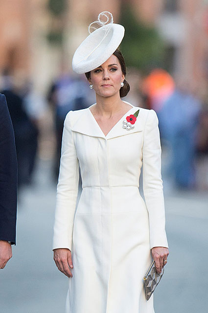 Кейт Миддлтон для Бельгии выбрала строгое белоснежное пальто Alexander McQueen. Фото