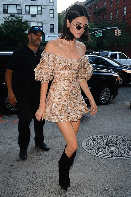 Фривольное платье с рюшами и ботфорты сделали Кендалл Дженнер модницей дня! Фото