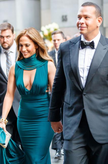 Дженнифер Лопес в шикарном платье затмила всех на свадьбе дочери богача из Марокко. Фото