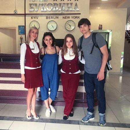 Мила Кунис вернулась в Украину, чтобы показать родной город Эштону Катчеру. Фото