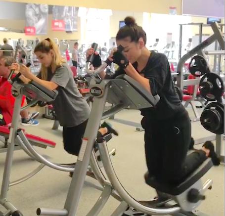 Анна Седокова вместе со старшей дочерью устроила активную тренировку в спортзале! Фото
