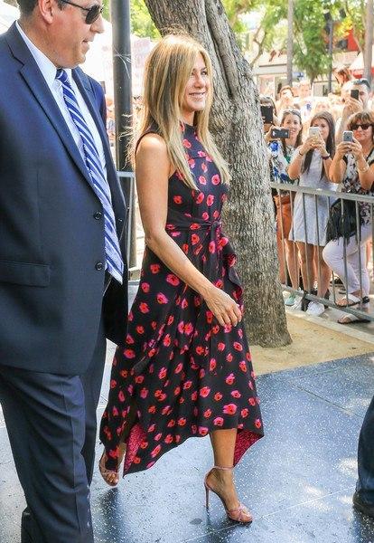 Дженнифер Энистон в модном платье с маками посетила Аллею славы. Фото