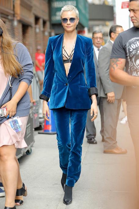 Совершенство синего: Кара Делевинь в бархатном костюме Mugler. Фото