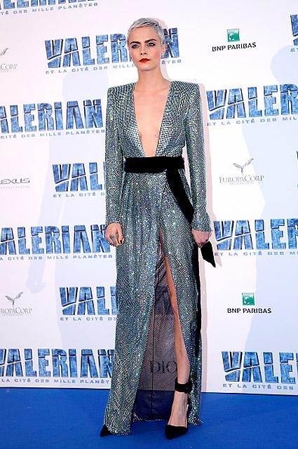 Кара Делевинь изумительно сексуальна в серебристом платье с разрезом от бедра! Фото