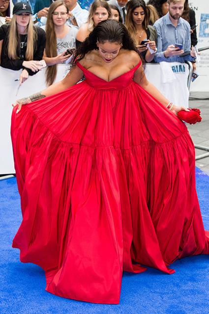 Рианна пленила размером бюста в эффектном красном платье Giambattista Valli. Фото