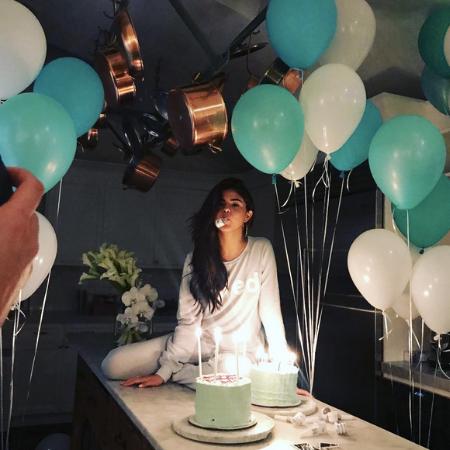 Свой 25-й день рождения Селена Гомес провела без жениха: что случилось? Фото