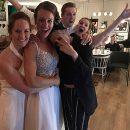 Кристен Стюарт и Стелла Максвелл случайно попали на свадьбу к незнакомой паре. Фото
