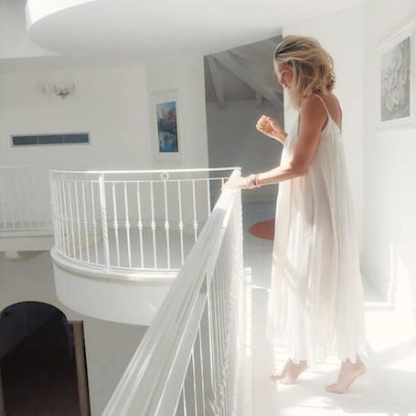 Вера Брежнева в элегантных платьях позирует в вилле на берегу моря. Фото