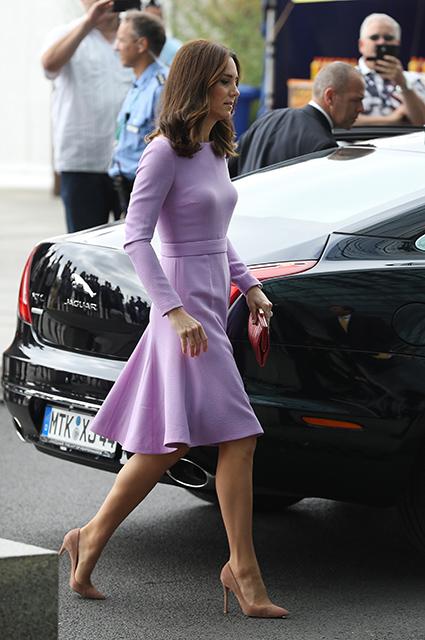 Мисс совершенство: Кейт Миддлтон в лиловом платье затмила всех в Гамбурге. Фото