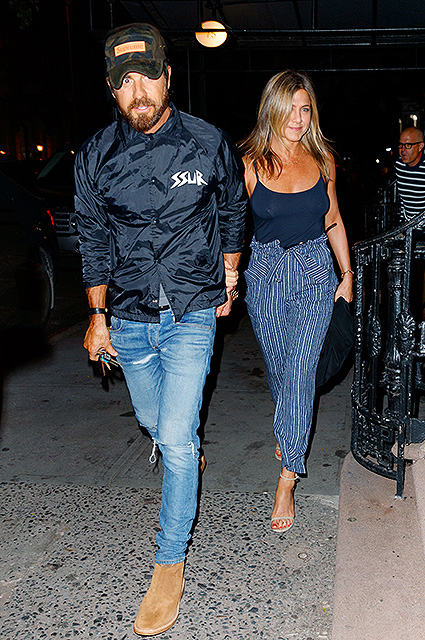 Дженнифер Энистон снова поправилась: супруги прогулялись по Нью-Йорку. Фото