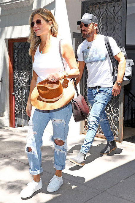 Безмятежное лето: Дженнифер Энистон очаровала модным образом с денимом. Фото