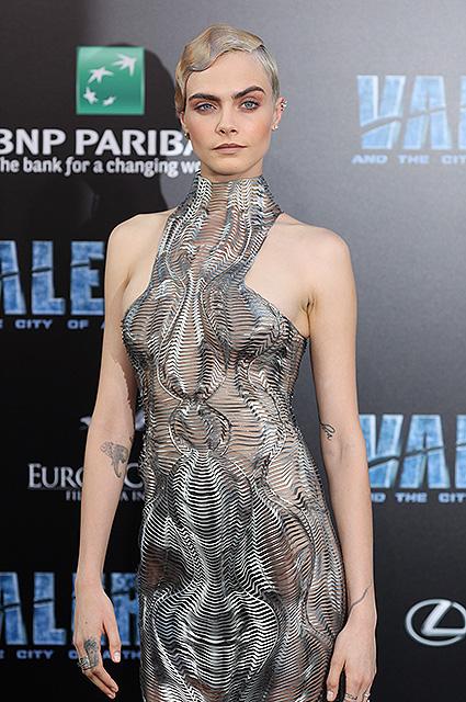 Стальная дива: Кара Делевинь надела платье-сетку из ткани, имитирующей металл. Фото