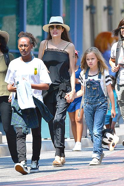 Анджелина Джоли и ее три дочери устроили себе день шопинга в Лос-Анджелесе! Фото
