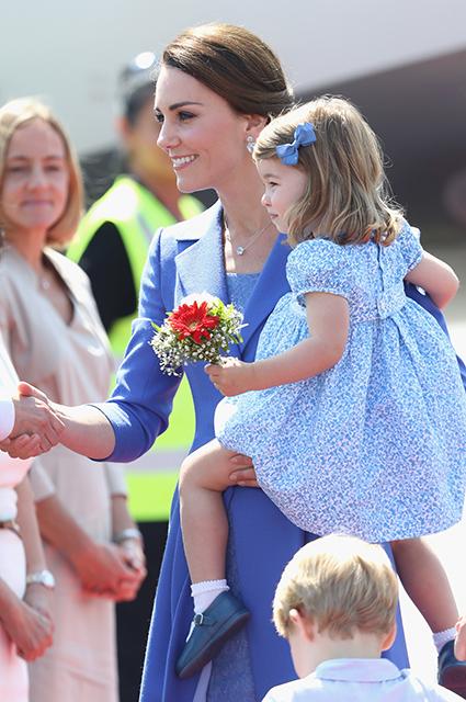 Здравствуй, Берлин: Кейт Миддлтон в голубом платье-пальто Catherine Walker. Фото