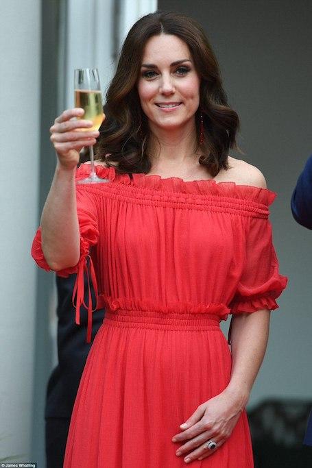 Кейт Миддлтон ослепительно прекрасна в красном платье Alexander McQueen! Фото