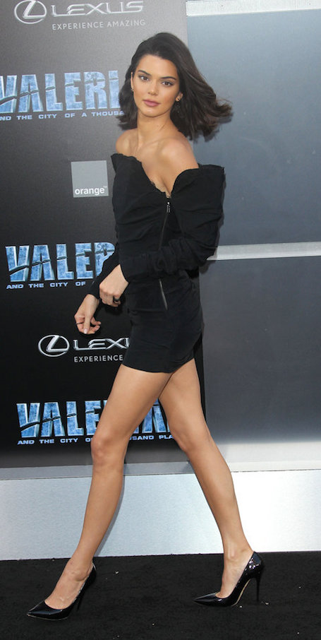 Кендалл Дженнер надела маленькое черное платье в стиле Ким Кардашьян. Фото