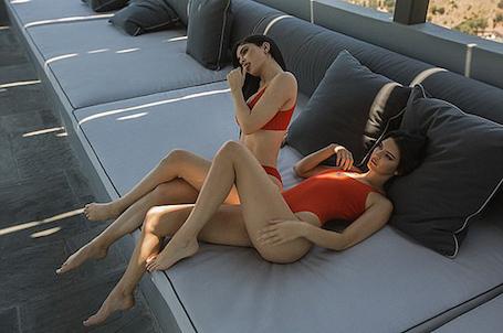 Кайли и Кендалл Дженнер с огоньком взялись за рекламу бикини собственного дизайна. Фото