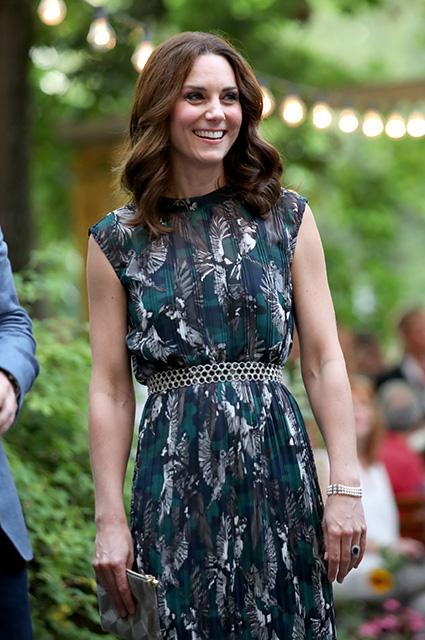 Кейт Миддлтон в платье с принтом из птиц посетила старинный бал в Берлине. Фото