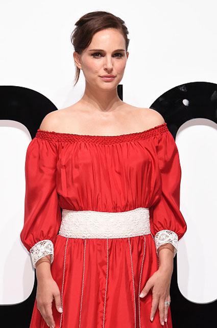 Непревзойденная красота: Натали Портман в алом шелковом платье Dior с кружевом! Фото