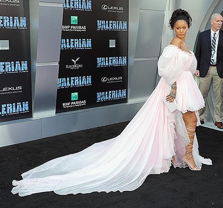 Принцесса из зефира: Рианна в платье Giambattista Valli с длинным шлейфом. Фото