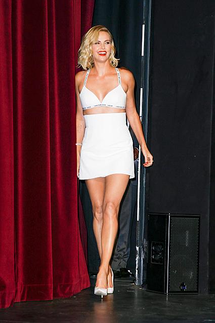 Взрывная блондинка: Шарлиз Терон щеголяла в миниатюрном наряде Dior. Фото