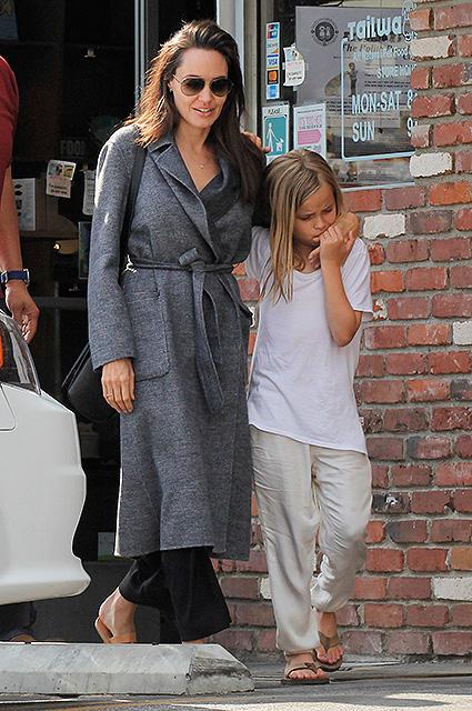 Одинока и счастлива: Анджелина Джоли проводит все время с детьми. Фото