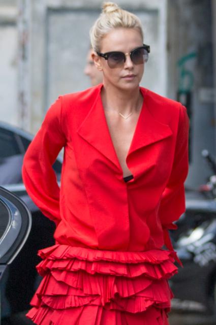 Игры с огнем: 41-летняя Шарлиз Терон в красном платье невероятно соблазнительна! Фото
