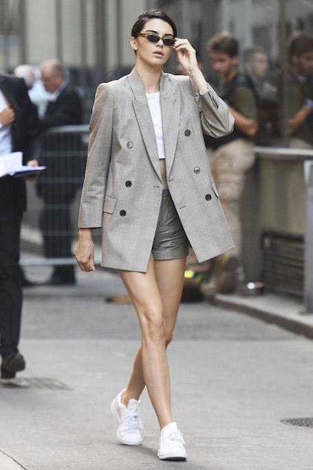 Деловой стиль и белые сникерсы: Кендалл Дженнер еще никогда не была такой! Фото