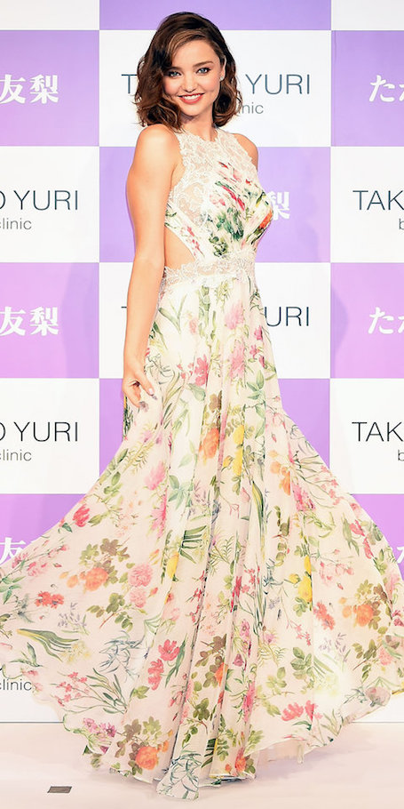 Фея цветов: Миранда Керр в летящем платье с растительным принтом покорила Японию. Фото