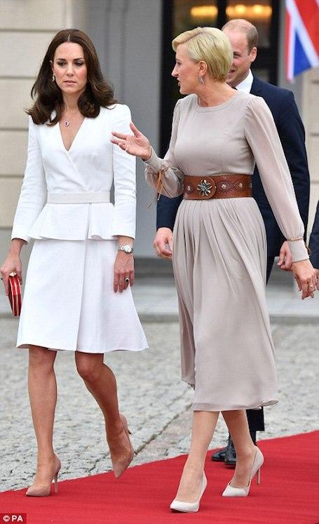 Кейт Миддлтон в белом платье с баской от Alexander McQueen прилетела в Польшу. Фото