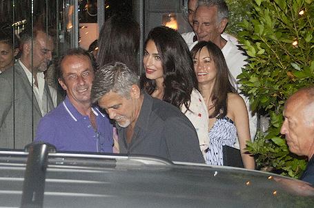 Родители двойняшек Амаль и Джордж Клуни впервые вырвались в ресторан! Фото