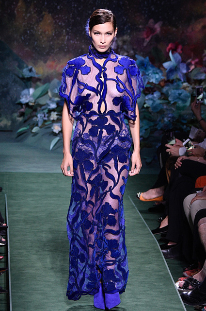 Шоу Fendi: Кендалл Дженнер и Белла Хадид щеголяли в прозрачных платьях. Фото