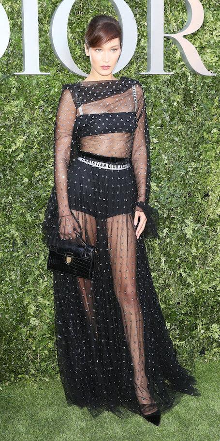 Белла Хадид примерила пикантное платье Dior из прозрачной тюли. Фото