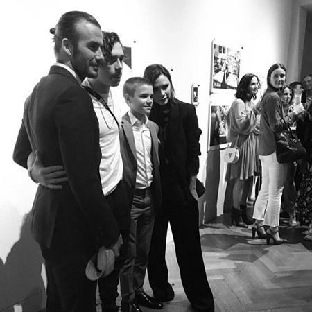 Виктория Бекхэм затмила всех на презентации своего сына Бруклина. Фото