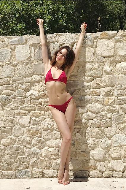 Украинка Ольга Куриленко покрасовалась в красном бикини на юге Франции. Фото