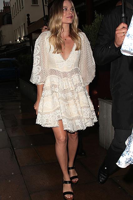 Актриса Марго Робби в ретро-платье покрасовалась фигурой в Лондоне. Фото