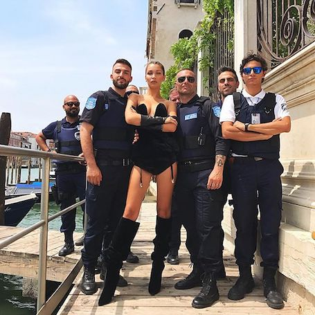 Белла Хадид возмутила сексуальными фото с офицерами полиции! Фото