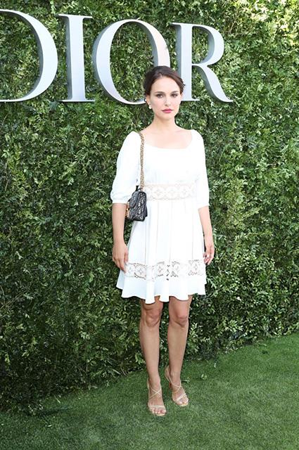 Натали Портман на выставке Dior в Париже блистала в платье из кружев. Фото