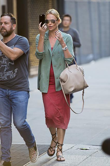 Шарлиз Терон в мятном жакете и розовом платье прогулялась по Нью-Йорку. Фото