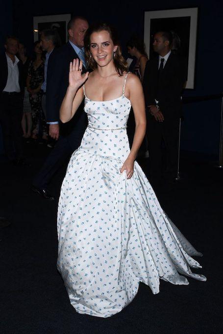 Эмма Уотсон невероятно притягательна в белом платье Miu Miu с васильками. Фото