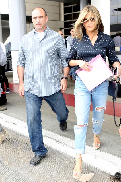 В рваных джинсах и блузе в горошек Дженнифер Энистон выглядит сногсшибательно! Фото