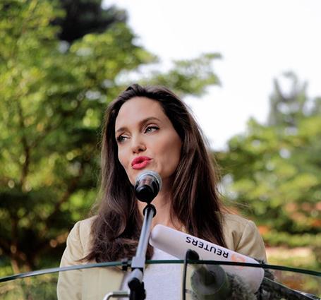 Анджелина Джоли вернулась: звезда прибыла в Нейроби в костюме песочного цвета. Фото