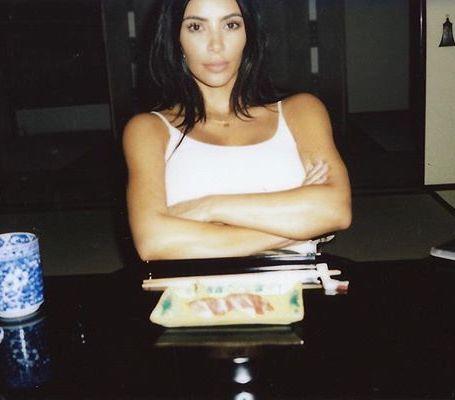 Без прически и макияжа: Ким Кардашьян показала, какая она дома. Фото