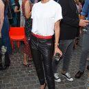 Кожаные брюки с алым кушаком — выбор Виктории Бекхэм для вечеринки Vogue. Фото