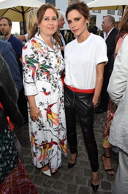 Кожаные брюки с алым кушаком - выбор Виктории Бекхэм для вечеринки Vogue. Фото