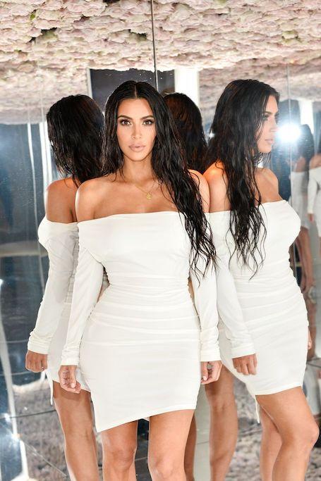 Похудевшая Ким Кардашьян в белом мини представила свой бренд косметики. Фото