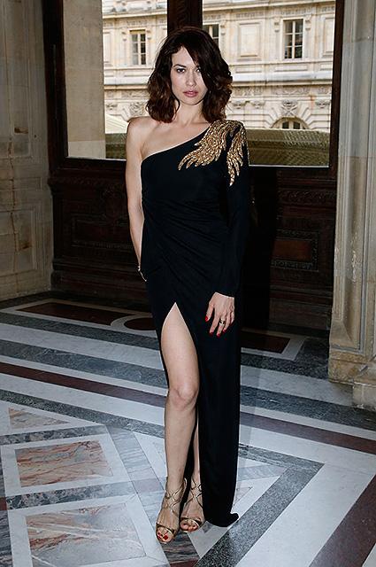 Раут в Лувре: украинка Ольга Куриленко подчеркнула фигуру асимметричным платьем. Фото