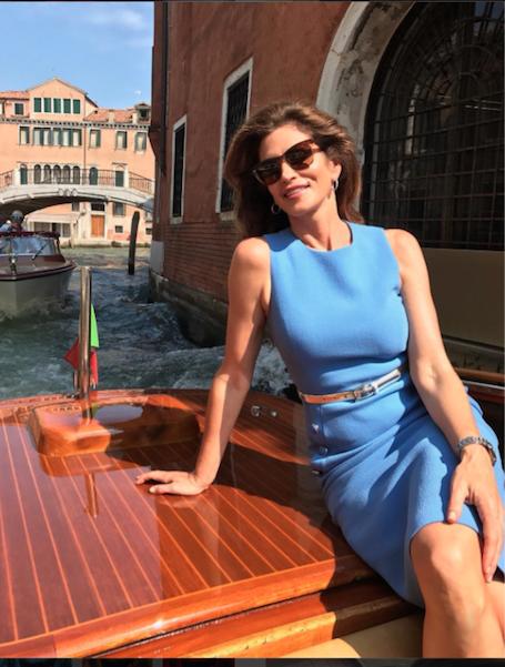 Уикэнд в Венеции: Синди Кроуфорд очаровывает фигурой в небесно-голубом платье. Фото